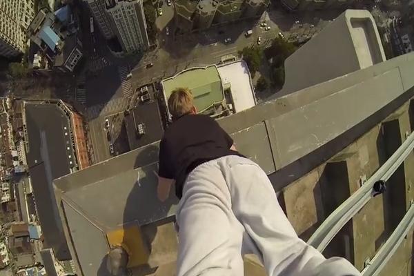 【クレイジー】40階の高層ビルの屋上で逆立ちしてみた