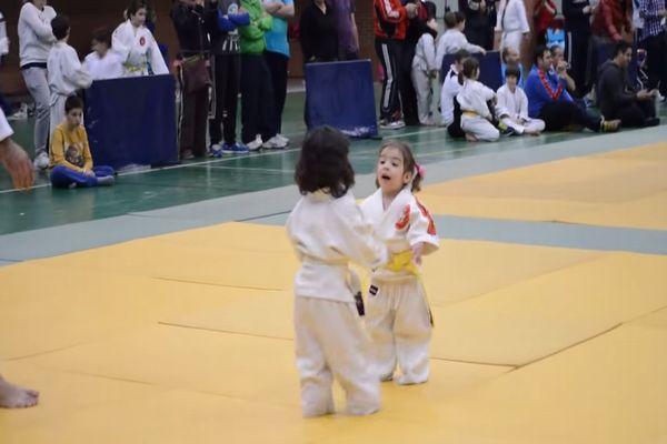 【癒され動画】小さな女の子の柔道対決がかわいすぎて困る