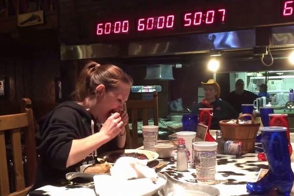 2kgのステーキを5分で完食する女性の食べっぷりが想像以上だった!