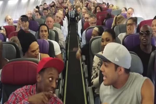 機内で本物の「ライオンキング」キャストが仕掛けたサプライズがスゴい!