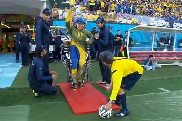 【感動】W杯で記念すべきファーストキックを飾ったのは下半身麻痺の若い男性