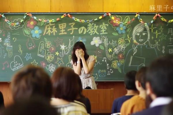 """【心温まるムービー】仲間たちが花嫁のために作ったサプライズ""""麻里子の教室""""が感動!"""