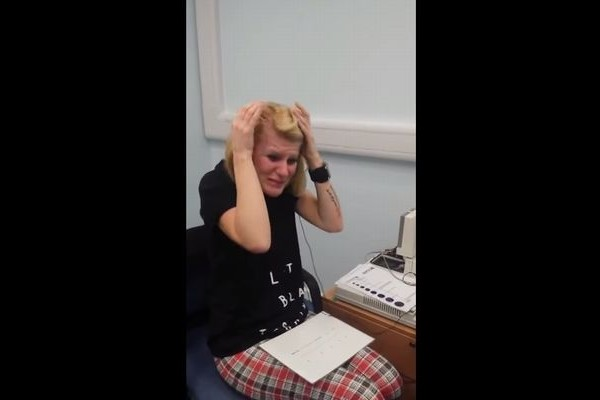 【感動】見ているこっちも嬉しくなる!生まれつき聴覚障害の女性が初めて人の声を聴いた瞬間