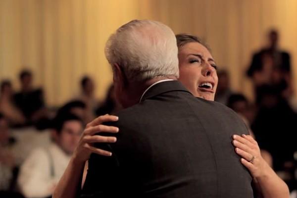 【感動動画】父を亡くした花嫁に特別なサプライズが泣ける