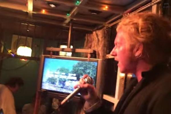 【歌動画】外国人アーティストが自分の持ち歌を日本バーでカラオケを披露した結果・・・