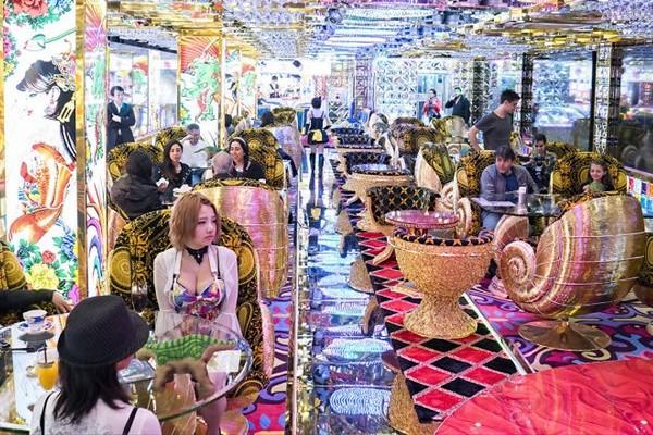 """【カオス】外国人観光客の名所となりつつある""""ロボットレストラン""""が海外で話題に"""