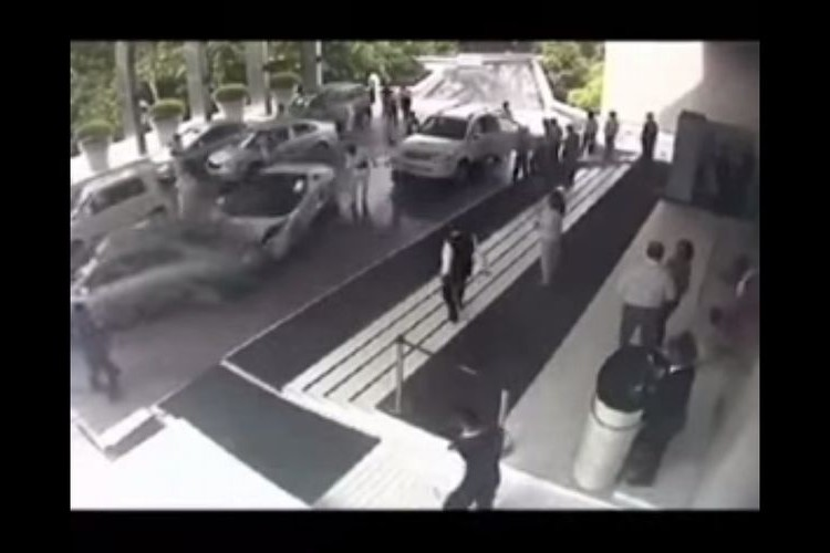 """超高級車""""ランボルギーニ ガヤルド""""をホテルの駐車係に任せた結果…"""