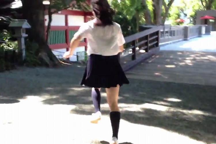 女子高生が制服姿で熱海の街で追いかけっこ。それにしてはスゴすぎない!?