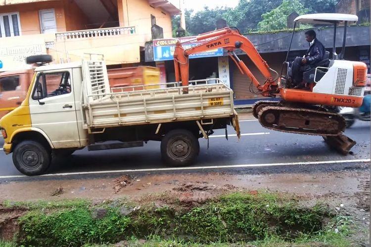 【神業映像】ショベルカーが自力でトラックに乗り込むテクニックがスゴい!