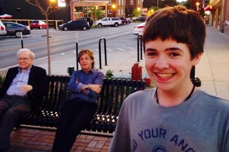 ポール・マッカートニーとウォーレン・バフェットの珍しい2ショットを少年が自撮りで撮影