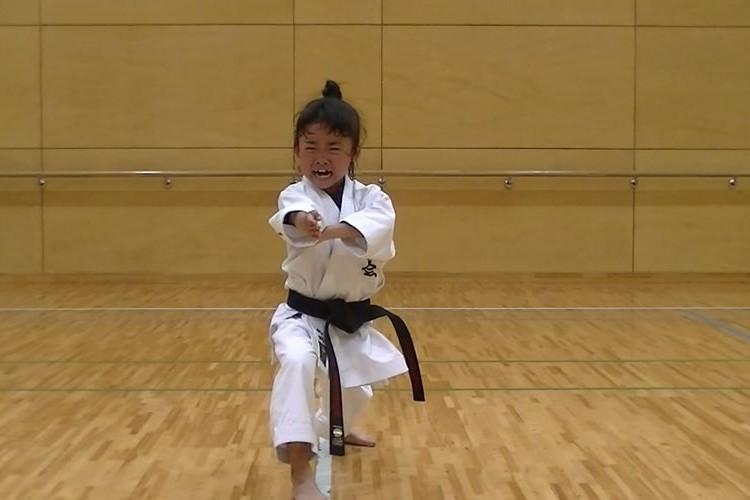 【映像】7歳の空手少女による型「観空大」の迫力がスゴい!