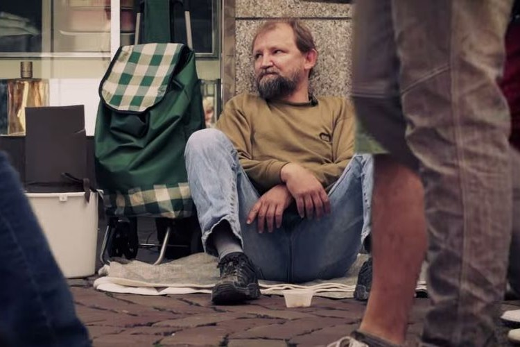 【サプライズ】ホームレスの持っていたバケツから始まった驚くべき行動とは