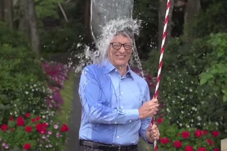 ビル・ゲイツや茂木健一郎など有名人が氷水を頭からかぶるのが大流行!どうしてそんなことしてるの?