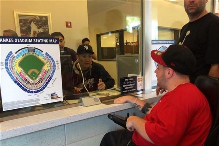 ビッグサプライズ!ヤンキース田中投手がチケット売り場に立ちファンは大興奮