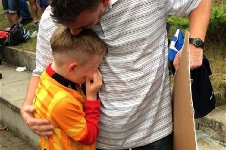 サッカー細貝選手が地元ドイツの子供のファンを泣かせてしまうハプニング