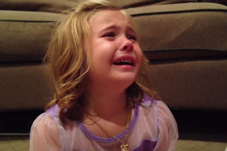 嘘だろ!?こんな純粋な娘がいたとは!「弟が成長して赤ちゃんじゃなくなる」と号泣する5歳の少女