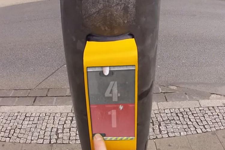 赤信号で向かいの人と対戦ゲームができる遊び心あるドイツの信号が面白い