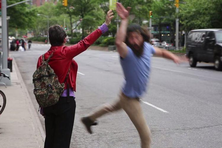 """【みんなハッピー】タクシーを停めるために手を上げている人に""""ハイタッチ""""をしてみたら意外な反応が!?"""