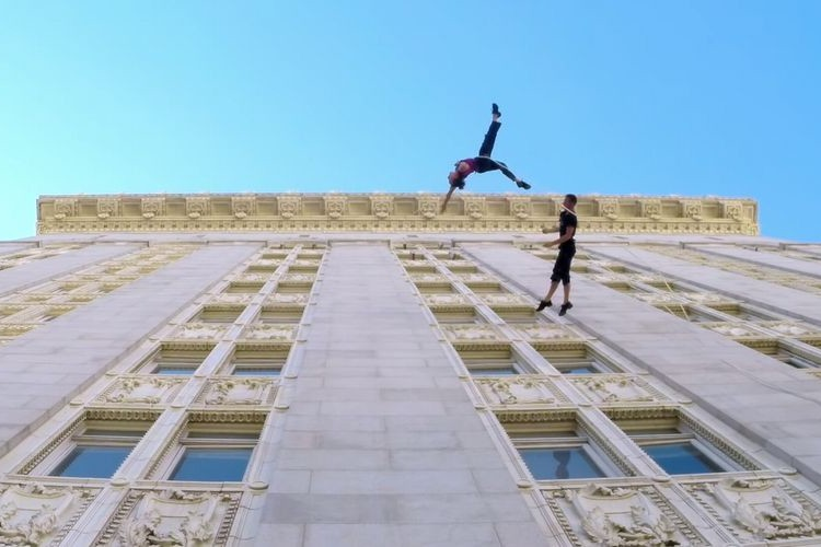 エンヤの歌声のCMでもお馴染みの2人の妖精がビルの壁で重力を感じさせない素敵なダンス映像