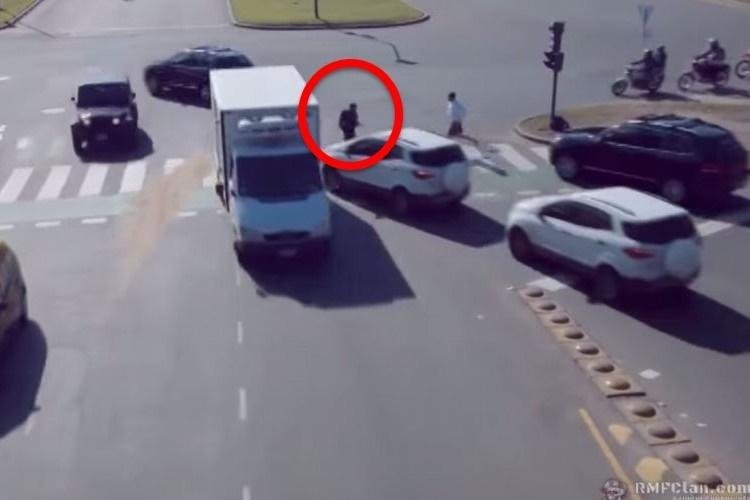 絶妙なタイミングで車・バイク・歩行者が行き交うドキドキ・ハラハラ映像