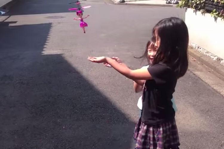 【シュール】手のひらの上で飛ぶおもちゃが空高く飛んでいってそのまま戻ってこない