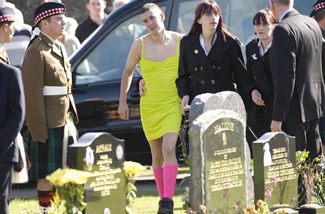 【号泣】戦死した親友の葬儀に派手なドレス姿で出席。なぜ彼はそんなことをしたのか?