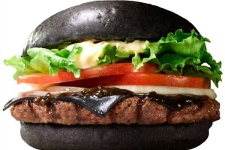 バーガーキングから再び発売する真っ黒バーガーが想像以上に黒かった
