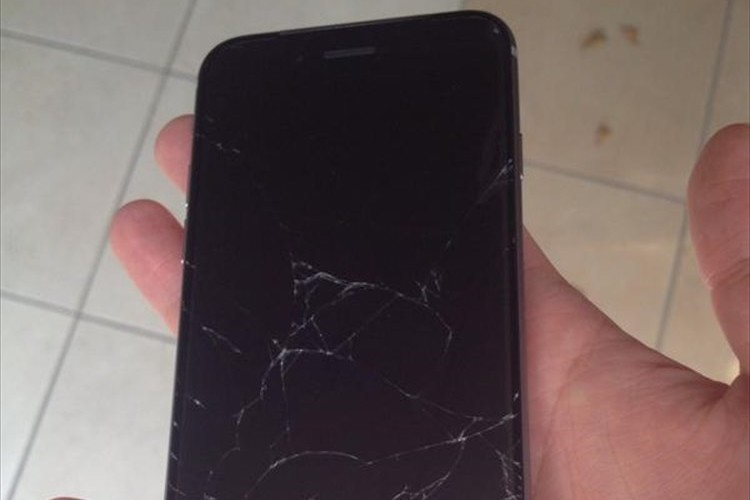 【世界最速!?】早くもiPhone 6の画面を割ってしまった人が話題に
