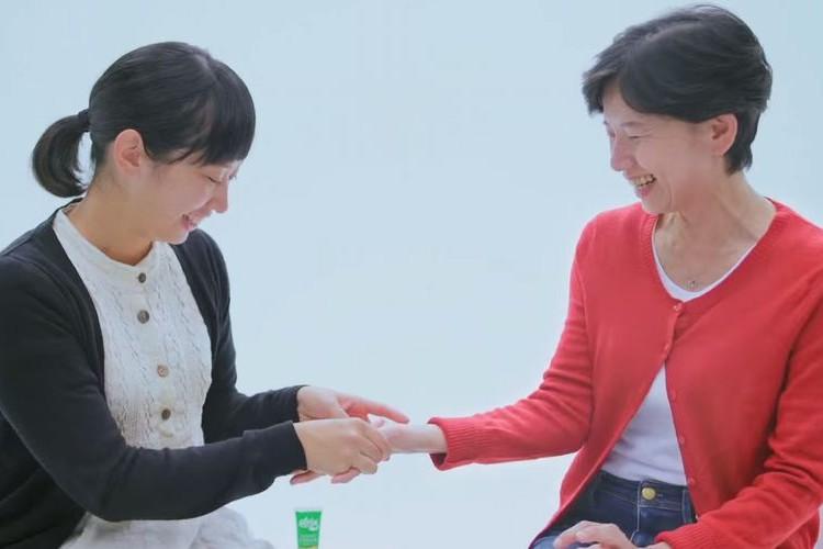 「お母さん、ありがとう」私を育ててくれた母の手にハンドクリームを塗ってあげるCMに心温まる