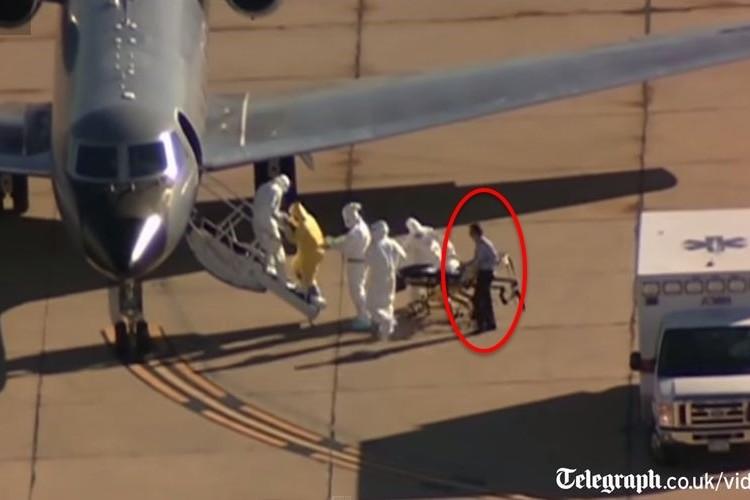 感染が拡大しているエボラ出血熱患者の輸送中に防護服なしの男性が撮影され、全米中で話題に!