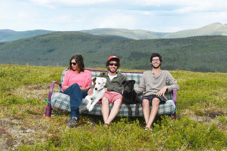 友人3人と2匹の犬、あとソファーがひとつあれば、そこはいつでも素敵なリビングに