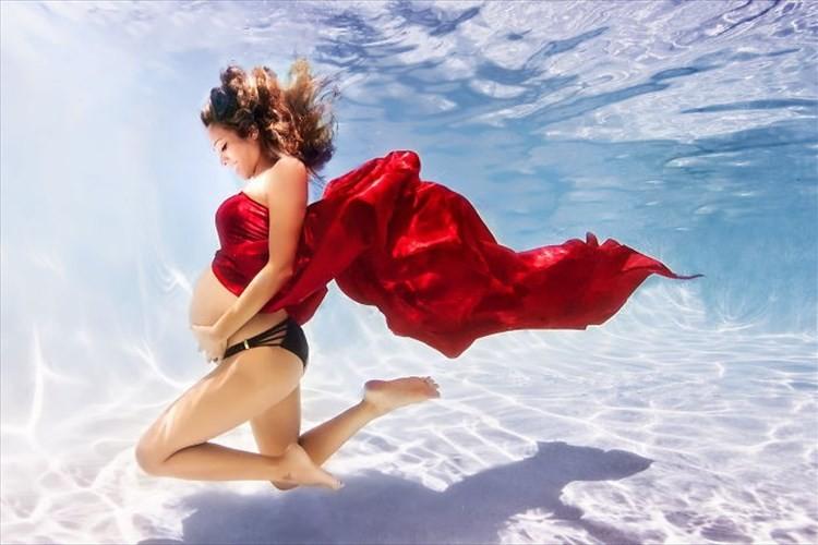 生命の神秘が溢れている妊婦マーメイドが水中で創る幻想的な世界