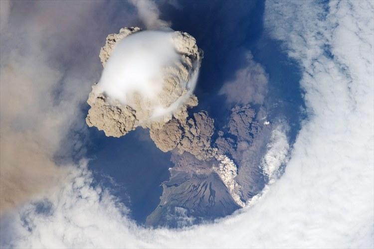 宇宙から撮影した芙蓉山噴火直後の映像。自然の威力が凄まじい、また美しい