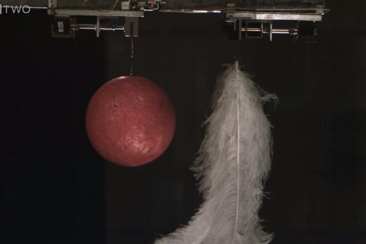 ボーリング球と羽、どちらが先に落ちるか?世界最大の真空部屋で実験してみた