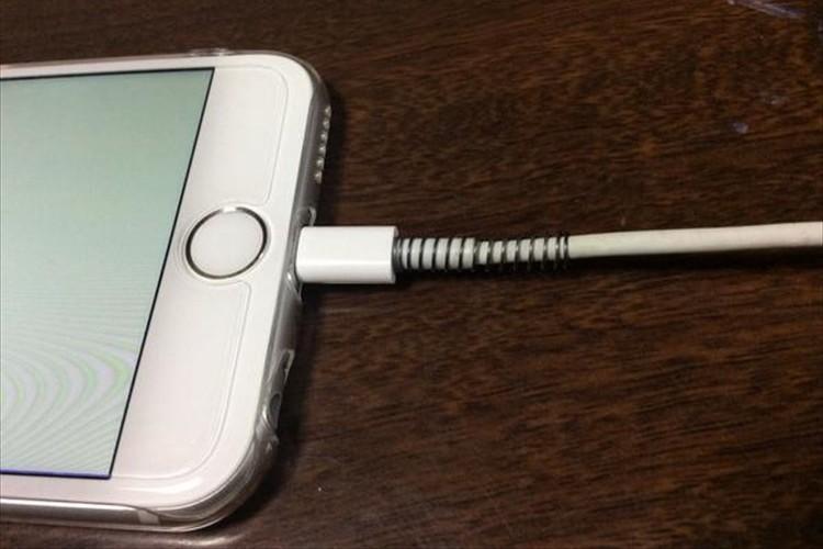 断線しやすいiPhoneの充電ケーブルを手軽に補強するアイディアが話題に