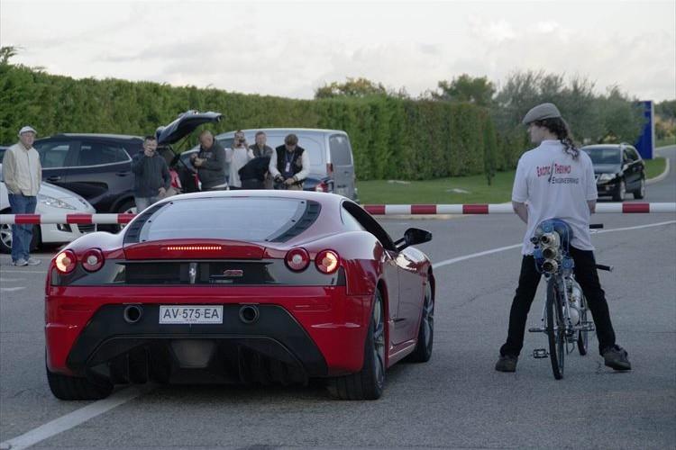 自転車で時速333キロの世界記録を達成した衝撃映像!フェラーリをも上回る加速度はスゴい!
