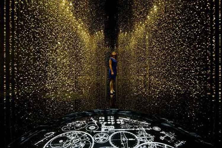 「光を時に変える」シチズン時計が65,000個の地板を使って圧倒的な光の空間を作り出す