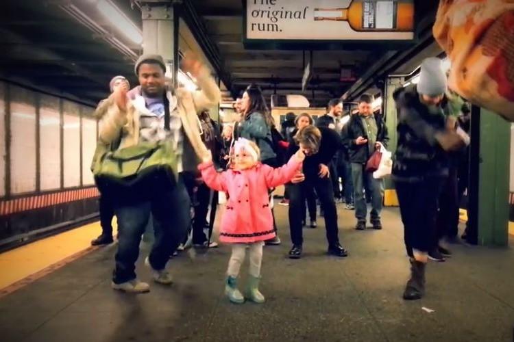 ニューヨークの地下鉄で起きた楽しい宴。少女の素敵なダンスが周りのみんなを巻き込む