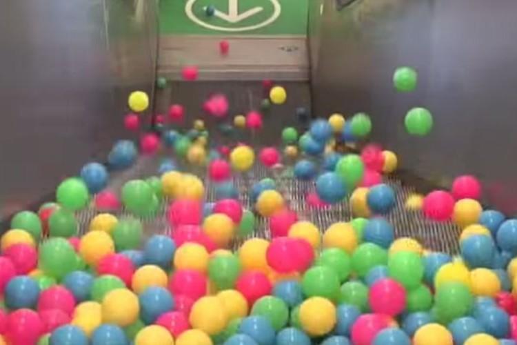 【物理実験】エスカレーターに大量のスーパーボールを撒き散らした結果...