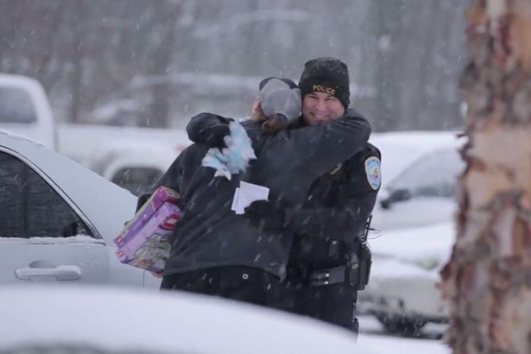 【サプライズ】いつも検問でイライラさせている市民の皆さんへ警官からのクリスマスプレゼントが素敵