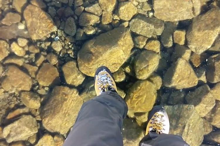 まるで水面を歩いているようだ。透明度が高すぎる氷で湖の底が丸見え