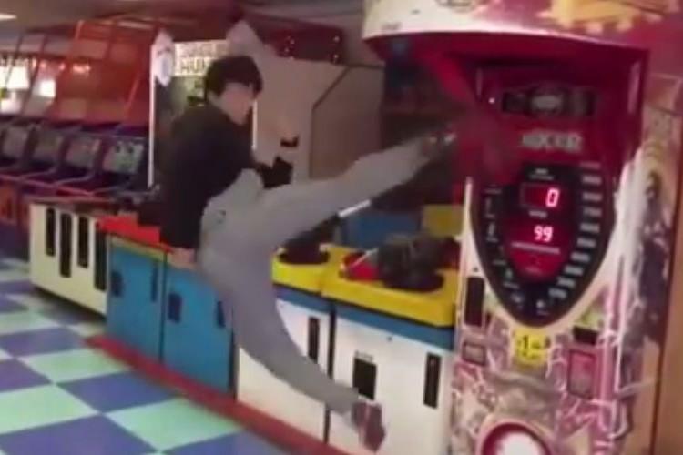 華麗なるテコンドーの空中回し蹴り!パンチングマシンでクリーンヒット(12秒)