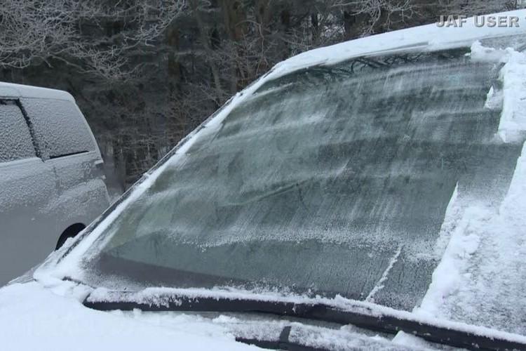 【知っておトク】冷え込んだ朝に車のフロントガラスを凍結させない方法をJAFが解説