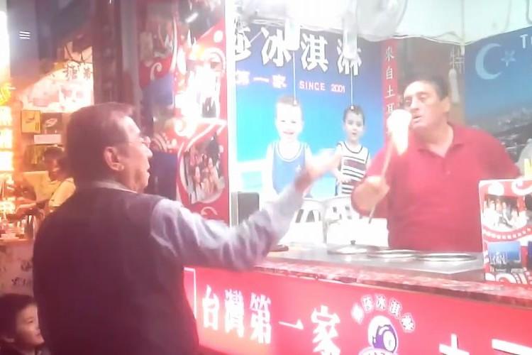 【うざい】アイスを渡さないトルコアイス屋さん vs 中国人のおじさん。ノリ良すぎで笑った