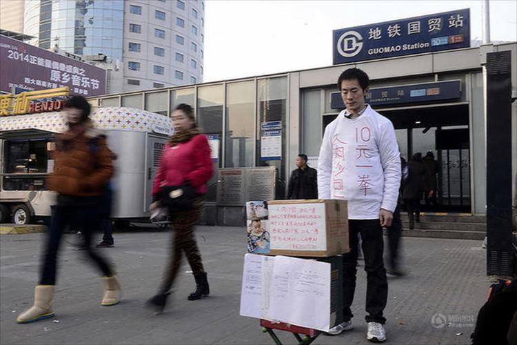 白血病の息子のため1発200円の殴られ屋で治療費を稼ぐ父親が中国で大きな話題に