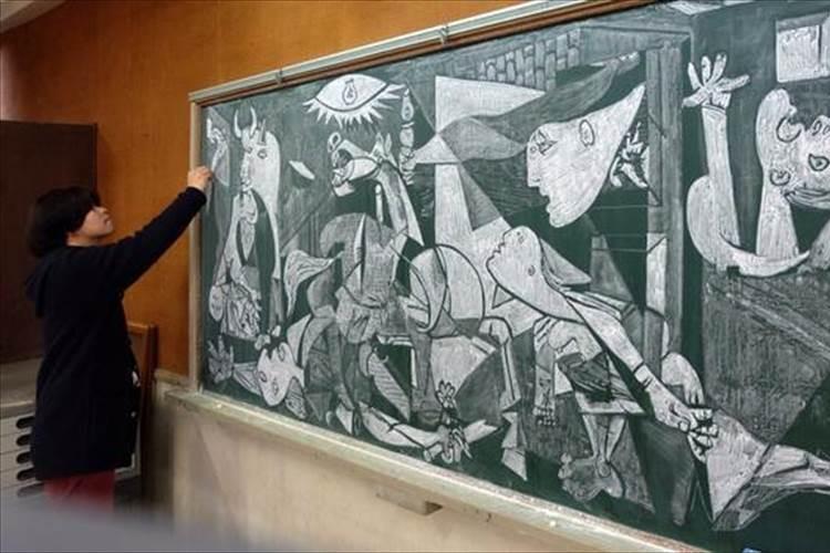 教え子のために描いた「黒板にゲルニカ」生徒だけでなく多くの人々が喜ぶ