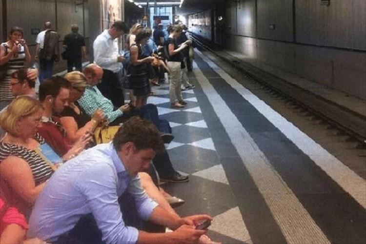 「最近の若者は電車でスマホばっかりいじって...」に反論する昔と今の比較画像