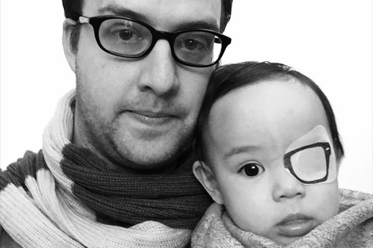 生まれつき白内障の娘のためにパパが眼帯にかけた愛情たっぷりの魔法とは