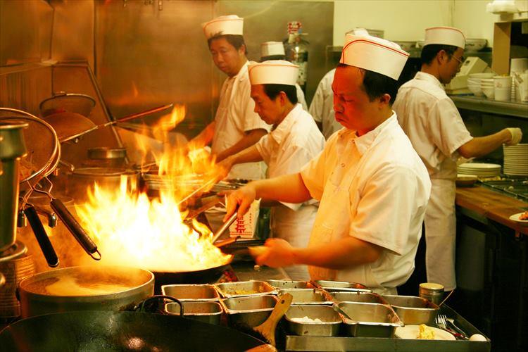 これぞ中華の達人!ドでかい中華鍋を見事に操るスゴ技映像