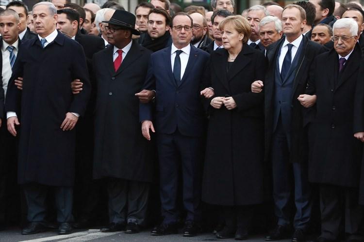 """パリの歴史的デモに参加したアルバニア首相の""""胸ポケット""""が世界中で賞賛"""